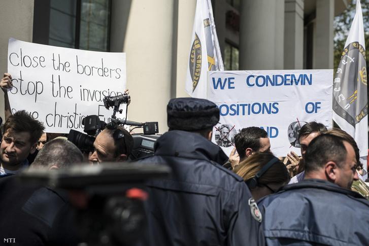 A Miniszterelnöki Sajtóiroda által közzétett képen Orbán Viktor miniszterelnök politikáját támogató tüntetők láthatók a szálloda előtt