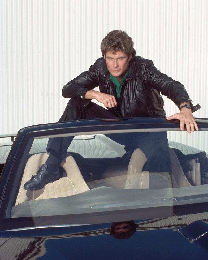 Talán minden kiscsávó arról álmodozott a sorozat hőskorában, hogy egyszer az órájával hívja az autóját.David HasselhoffMinden szintjét megjárta már az életnek.A kezdetekben dalolgatott, majd a Knight Rider és Baywatch sorozatok címszerepeivel a csúcsra tört