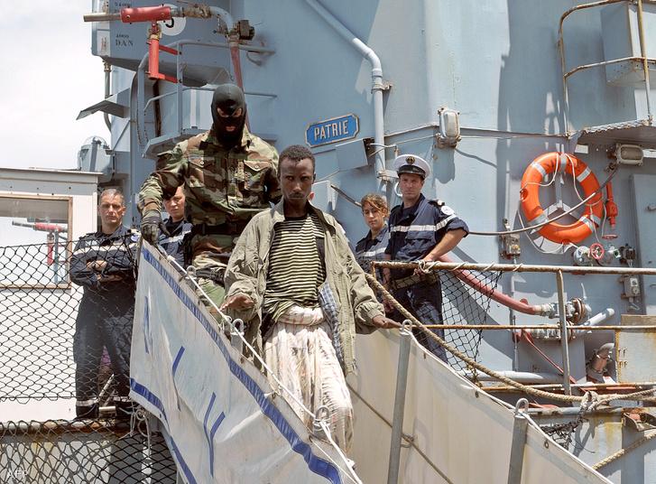Elfogott szomáliai kalózokat adnak át a francia tengerész gyalogosok a kenyai hatóságoknak 2009 áprilisában.