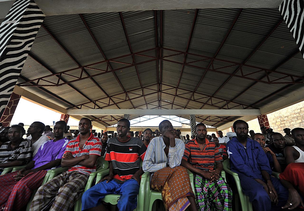 Szomáliai kalózok várják a tárgyalásukat Kenyában, 2010-ben.