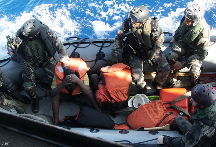 Francia haditengerészek szomáliai kalózok letartoztatása után 2009-ben.
