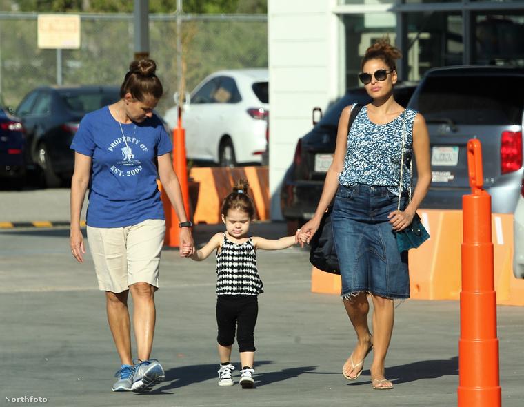 A színésznő és gyermeke kézenfogva sétálnak Pasadenában Esme bébiszitterének társaságában.