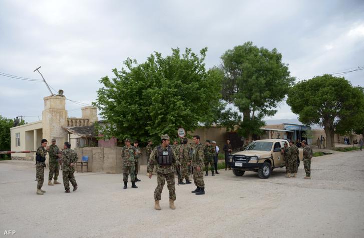 Afgán katonák a Mazar-e-Sharif városban lévő katonai bázis bejáratánál