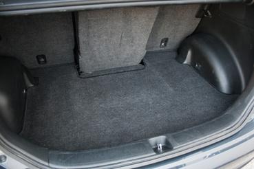 A hátsó középső ülés egészen mélyen becsúszik a poggyásztérbe