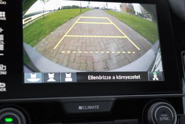 A tolatókamera esőben használhatatlan, egyébként viszont csekkolhatjuk, jön-e pára a kipufogóból