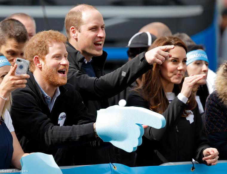 Itt látszik, amint Harry herceg is beszáll a nagy szurkolásba.