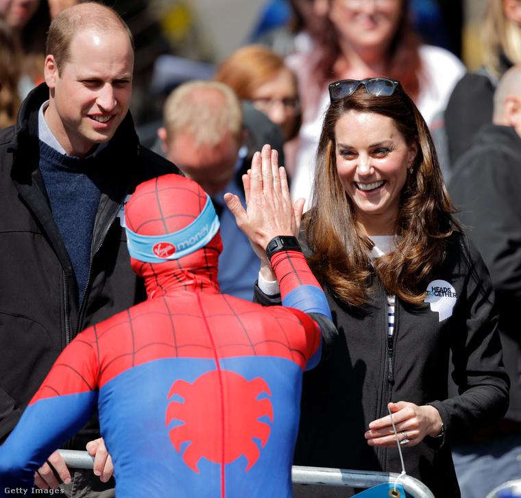 Pláne, hogy Pókember még le is pacsizott Katalin hercegnével.