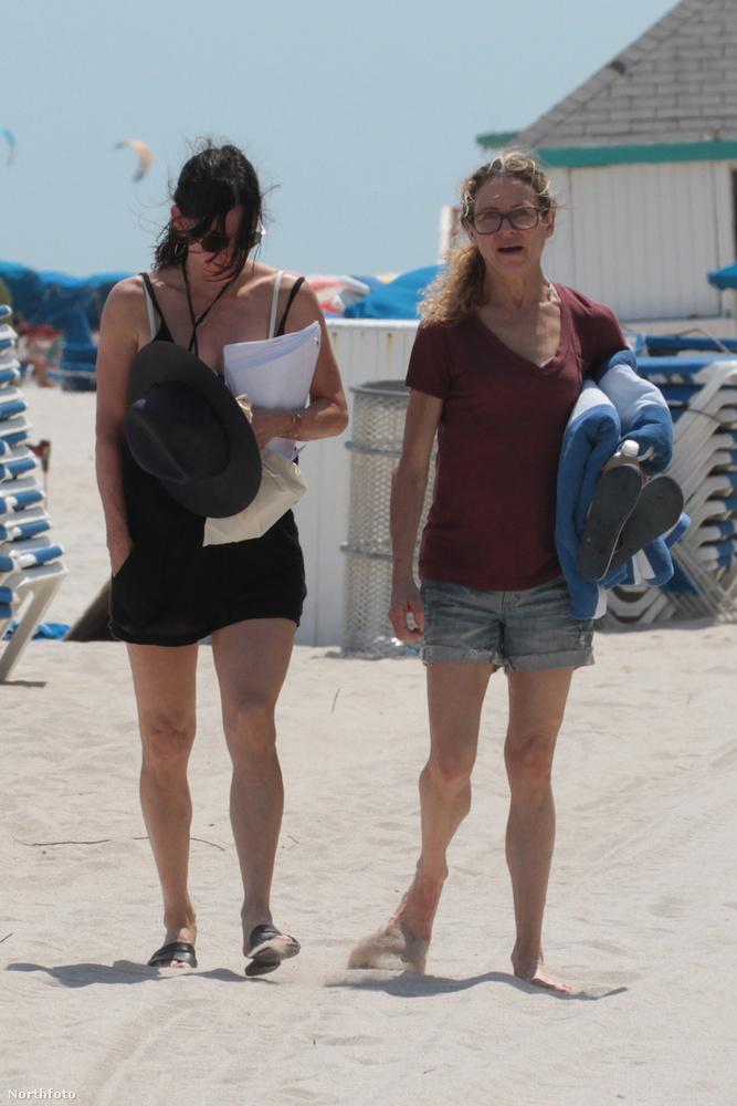 Viszont!A március végén készült strandolós fotókon is - így visszanézve - elég gyanúsan, mindig takarásban van a hasa.
