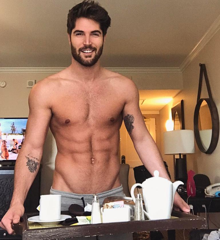 Hogy a srác tálcán hozza be a reggeli kávét.