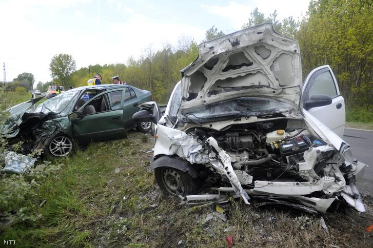 Teljesen összeroncsolódott a két autó