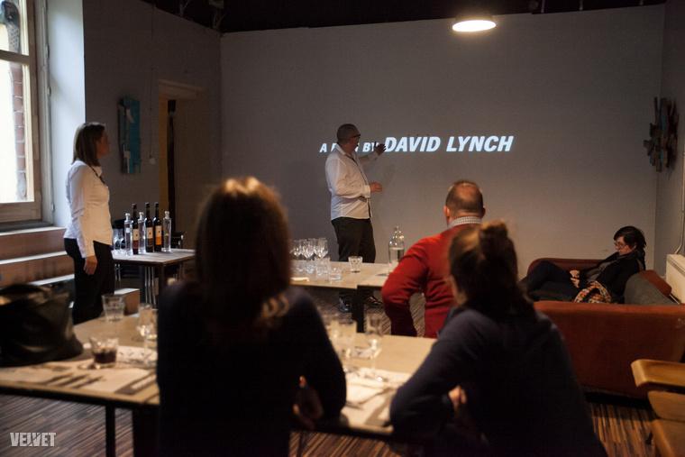 Milyen film illik a pálinkához?Hosszas tűnődés után a romantikus filmek kikerültek a szórásból, és egy pszichothriller sem biztos, hogy jó választásnak bizonyult volna.Na de az akció!David Lynch 1990-es filmjére a Veszett világ című alkotásra esett a választás.