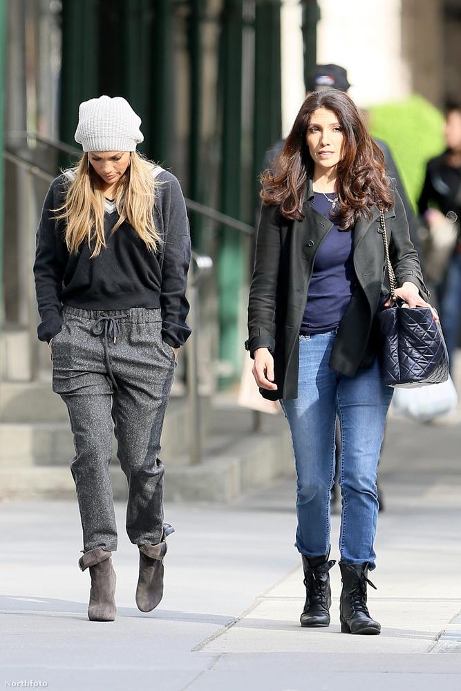 A lekonyult nyakú hölgy nem egy sima járókelő, hanem Jennifer Lopez New Yorkban