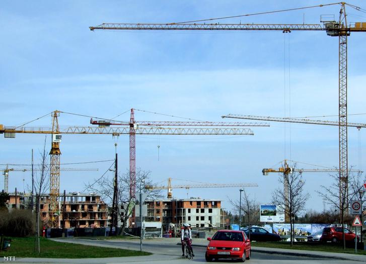 Toronydaruk sora dolgozik a fõváros XI. kerületében a Rodostó és Nagyszeben utca által határolt területen ahol 297 db. korszerű lakás épül a Sasad Liget nevet viselő lakópark bővítésének 5. ütemében.
