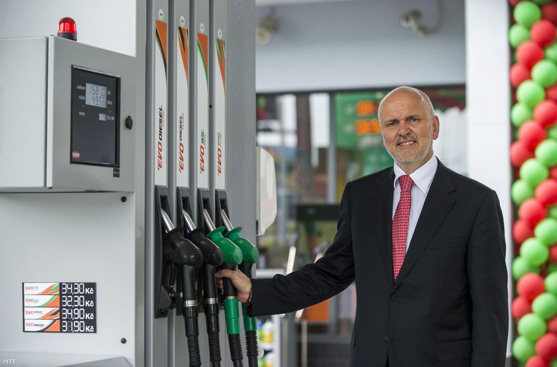 Világi Oszkár a Mol-csoport igazgatótanácsának tagja a Slovnaft vezérigazgatója és igazgatótanácsának elnöke a Mol-csoport első csehországi Mol töltőállomásának átadásán Prágában 2015. május 5-én. A csoport tulajdonában lévő Lukoil és a Slovnaft benzinkutak folyamatos márkanévváltásának eredményeként további mintegy 80 benzinkút megnyitását tervezi idén a magyar olajipari vállalat a cseh piacon.