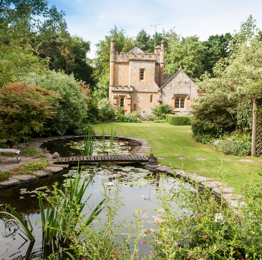 A kastélyhoz tartozó udvar is gyönyörű, többek között egy kis tó is található benne.