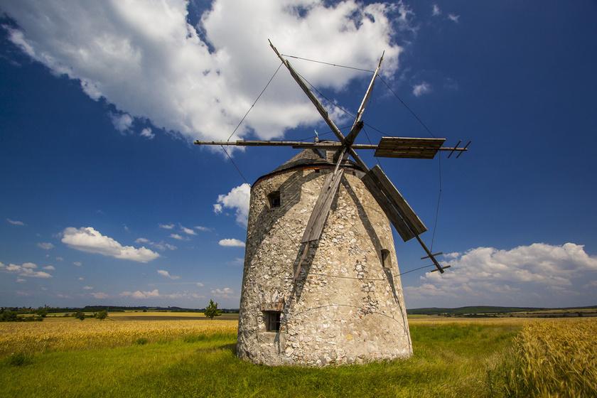 Tésen két működőképes, múzeumként használt, zömök szélmalmot is találsz, melyekben régen daráltak.