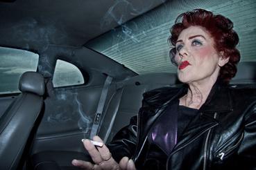 """18 évesen, mikor megkapta a jogsiját, autóbalesetet szenvedett a nagymamájával. Az alábbi kép, a történtek rekonstrukciója, az eredeti autóban készült. Cinthyának nem esett baja, az asszony fejsérüléssel szállt ki a roncsból és rágyújtott egy cigarettára, mondva -""""A lényeg, hogy túléltük""""."""