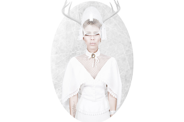 A képen egy 16. századi esküvői ruhában van, abban a maszkban, ami a sugárkezelések alatt a fejét rögzítette, kezén a biléta, amit a műtét alatt viselt, nyakában egy olyan nyakékkel, amiben Viktor szakállszőre van.