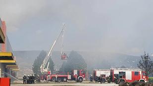 96 tűzoltó dolgozik a kigyulladt budaörsi gyógyszertári raktár oltásán