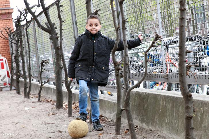 Kisiskolás egy berlini iskola udvarán