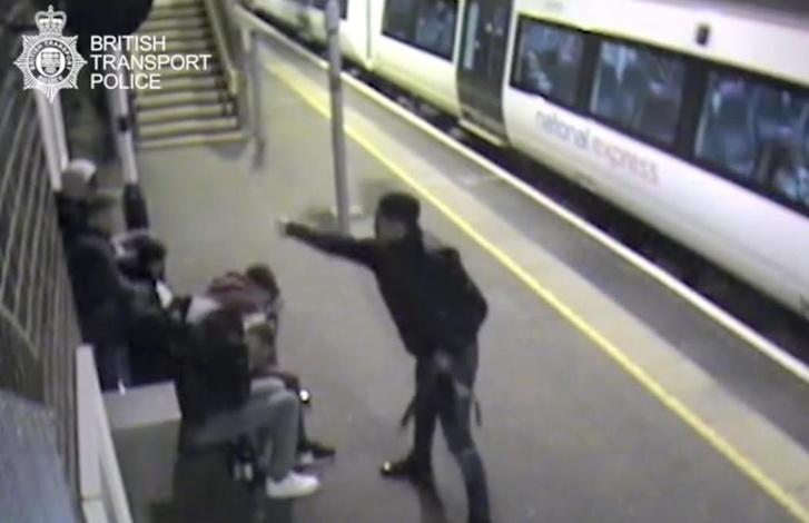 A 17 éves Alexander Bassey az Ockendon vasútállomáson öntött le savval öt tizenéves fiút.