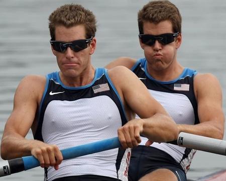 Tyler és Cameron Winklevoss. Egypetéjű ikrek, de egymás tükörképei - egyikük bal-, másikuk jobbkezes. Feladat: azonosítsa őket a képen!