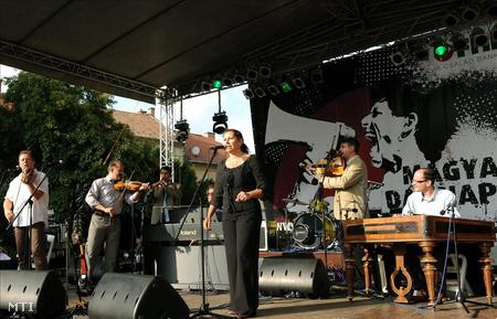 A Csík zenekar muzsikál a magyar dal napjának nyitó ünnepségén, Egerben