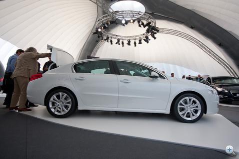 Elnyújtott forma, az előző 7-es BMW stílusában felnyíló csomagtérfedél