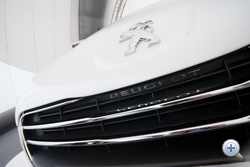 A rács tetején finom Peugeot-felirat: még a betűtípus is a 404-esre utal. Nem az errorra, hanem a Peugeot-ra