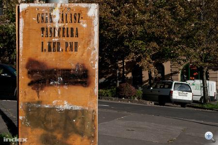Dávid Klára, I. kerületi (Budavár) jelölt plakátjait jóformán mindenünnen letépték