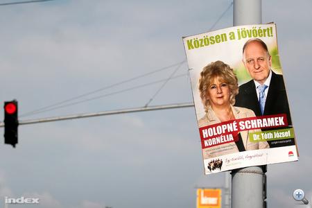 Tóth József polgármesterjelölt és Holopné Schramek Kornélia képviselőjelölt közös plakátja a XIII. kerületben