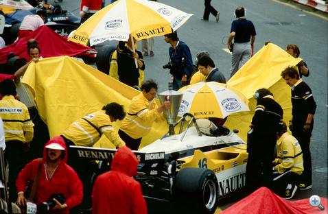René Arnoux Renault Turbóját töltik fel Zandvoortban, 1982-ben. A turbómotorok egyre erősebbek és egyre szomjasabbak lettek, ezért 1983-tól a Brabham és a Renault kipróbálta a verseny közbeni tankolást. Bejött!