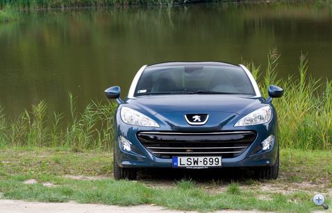 Az orra szép, de nem izgalmas. Szemből csak egy Peugeot...