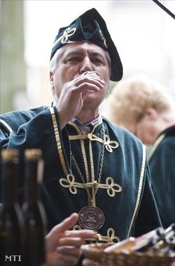 Nagy János altábornagy, a VPOP parancsnoka pálinka  vizsgát tesz a Budapesti Pálinkafesztiválon (Fotó: Szigetváry Zsolt)