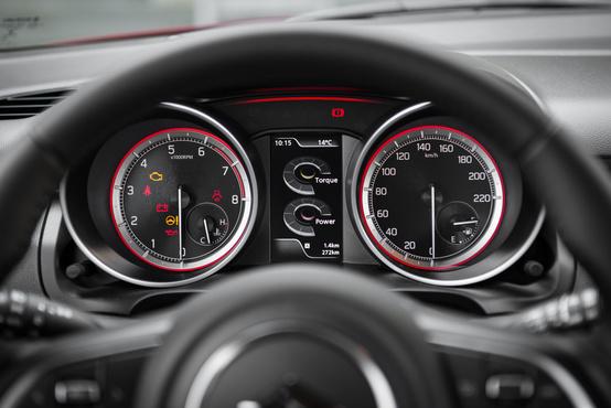 Sok hülye kakuműszer jeleníthető meg a kijelzőn, bezzeg az órák számlapja ugyanolyan a különböző motorokhoz