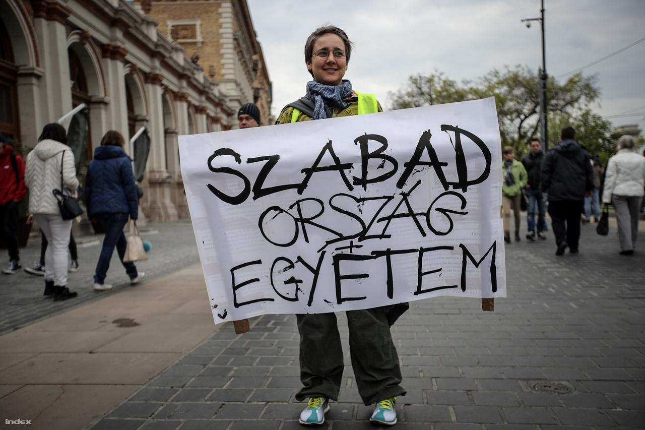 Egy tüntető tart transzparenst a CEU-törvény aláírása ellen való tilatkozáskor, 2017. április 9-én.
