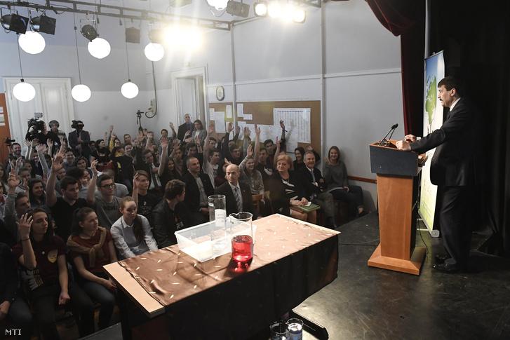Tanulók jelentkeznek kérdezni Áder János előadásán a Trefortban