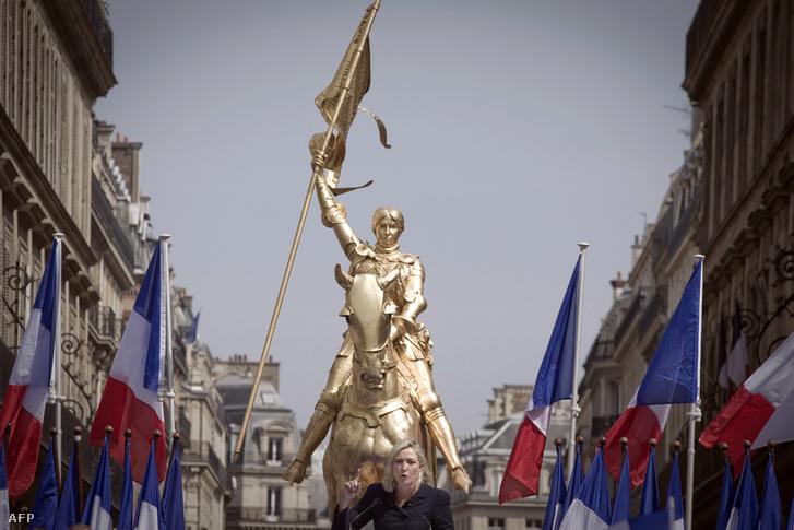 Marine Le Pen Jeanne d'Arc lovasszobra előtt szónokol egy 2016-os kampányrendezvényen