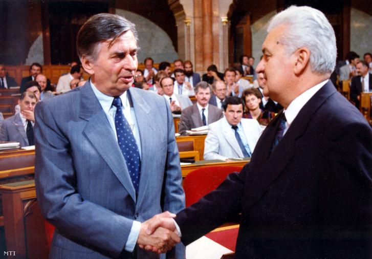 Antall József és Boross Péter - akkor még tárca nélküli miniszter - a Parlamentben 1990. július 23-án.