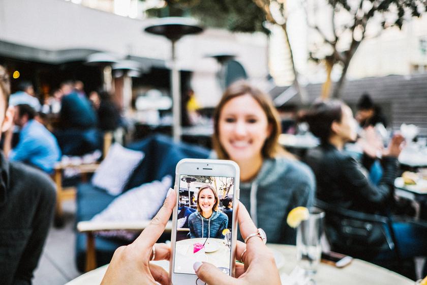 Ilyen az életük a pasiknak, akiknek Instagram-függő a barátnőjük: mindent fotózniuk kell