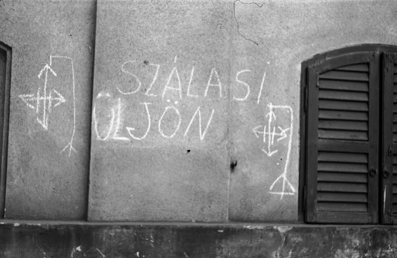 Itt is egy erősen javított változat. Itt sem érdemes elfelejteni, hogy 1944-ben ahhoz kellett igazán bátorság, hogy valaki alaposan átfirkálja szálasista szöveget. Ez falfirka be is teljesedett, mivel 1946-ban az amerikaiak visszaadták a Németországba szökött Szálasit, majd a rákosista népbíróság nagy érdeklődés mellett elítélte, és fel is akasztatta a Markó utcai fogházban. Ezzel ő lett az egyetlen államfőnk, akit később kivégeztek.