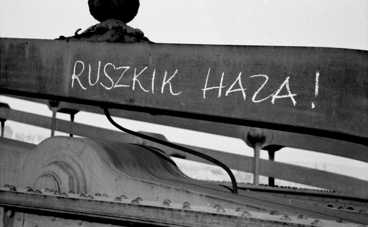 Ez a Lánchíd 1956-ból. Egyértelmű, rövid és erős üzenet, tökéletes jelszó. Akkor még nem talán nem sejtették, hogy ezt hatvan év múlva is tízezrek fogják skandálni Magyarországon.