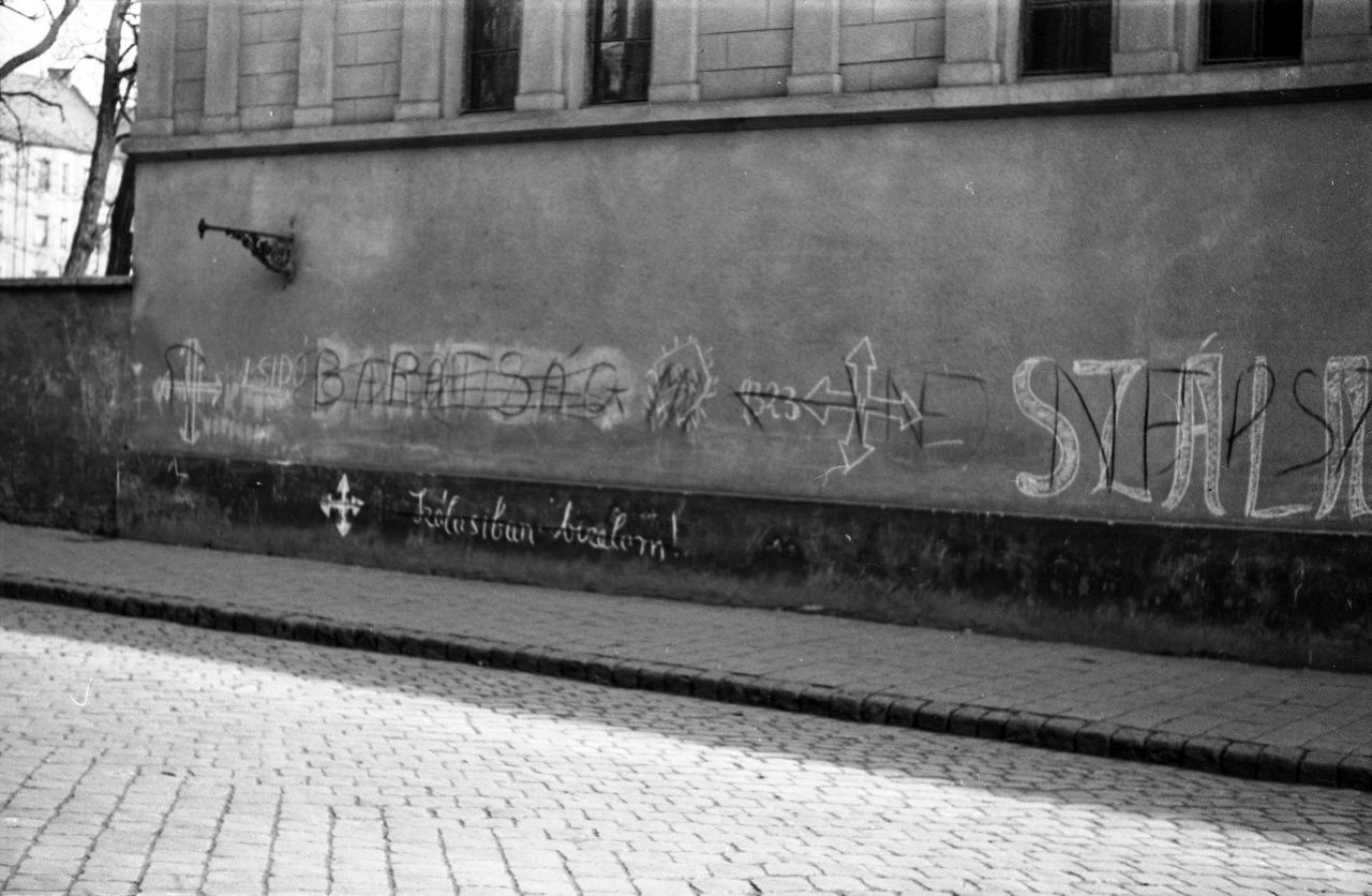 A Roncsfilmből ismerős lehet a Gólya nevű söröző, ez ugyanabban a Bókay János utcában lévő volt fiúárvaház, a Josefium épülete. Itt valaki már 1944-ben erőteljesen opponálta az akkori szálasista graffitit. Érdemes megfigyelni, hogy ez a nyilas művész már magabiztosan ismerte a betűket, és gyermekibb rajzokkal és logókkal is megpróbálta feldíszíteni az üzenetét. Az ideológiai opponens pedig először talán csak a tagadásban hitt, aztán némi ellenüzenetet is oda akart tenni.
