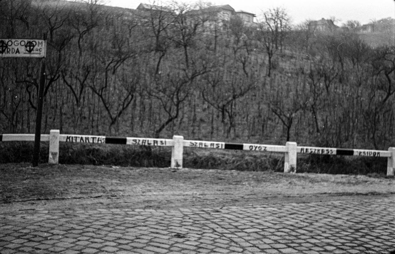 """1944-ben a mostani Gazdagréthez közel, az akkor még kevésbé sűrűn lakott Törökbálinti útnál még ilyen kemények voltak a formák. Ettől függetlenül már csak azért is komolyabb volt a helyzet, mintha most valami agresszor kiírná Budafok szélére, hogy """"Reszkess svábok"""", mert már a 30-as évek második felétől tele volt az államigazgatás antiszemitákkal és általában népszerű volt a zsidókat okolni bármiféle körülményért. Szóval egy ilyen félhülye feliratra lehet, hogy már csak a vállukat vonogatták az érintettek, a sokkal keményebb tényleges húzások mellett."""