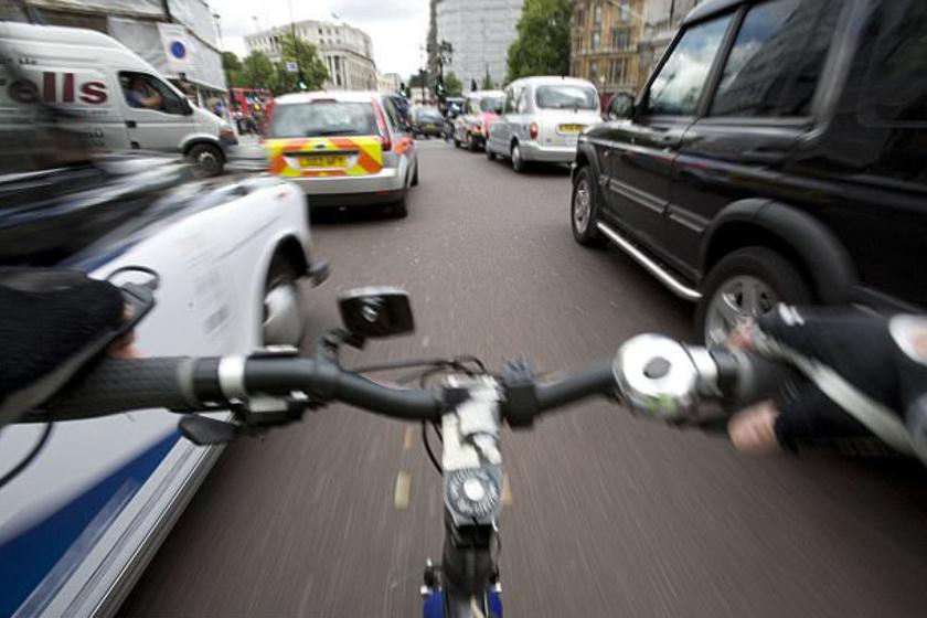 Ha egy magasabb járművet vezetsz, mint például egy teherautó, akkor magasabban ülsz. Így kevésbé érzékeled az utca szintjén a kerékpárosokat és gyalogosokat, mint ha szemmagasságban lennének a perifériás látószögedben, jobb és bal oldalon.