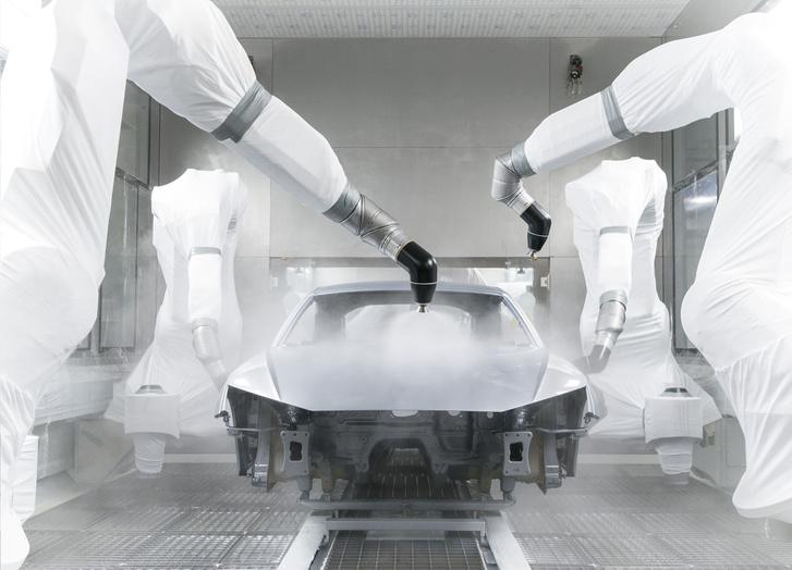 A robotok határozottan jól öltözöttek. Itt 10-15 mikronnyi réteget visznek föl, a lakkozás végére összesen 100 mikron lesz a rétegvastagság