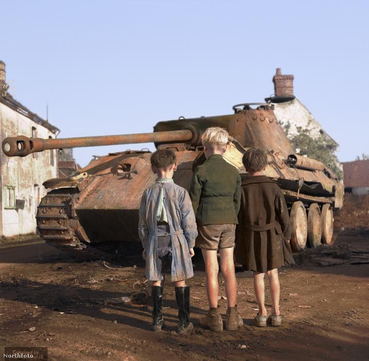 """""""Három francia kisfiú nézi a kiégett német tankot"""