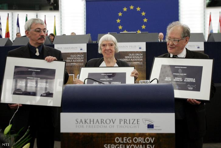 Oleg Orlov, Ljudmila Alekszejeva és Szergej Kovaljov, a Memorial orosz jogvédõ szervezet tagjai (b-j) állnak kitüntetésükkel, miután átvették az Európai Parlament emberi jogi díját, a Szaharov-díjat a törvényhozás strasbourgi üléstermében 2009. december 16-án.