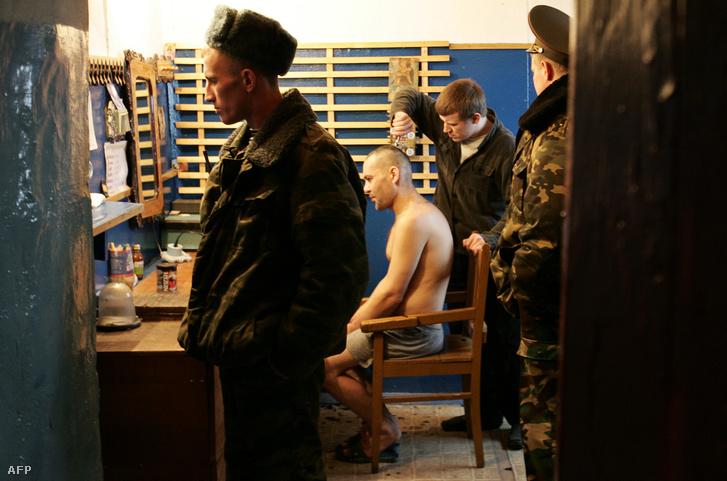 """Hajvágás egy orosz börtönben. (A börtönök állapotát monitorozó civil szervezetet """"külföldi ügynökként"""" tarják számon.)"""