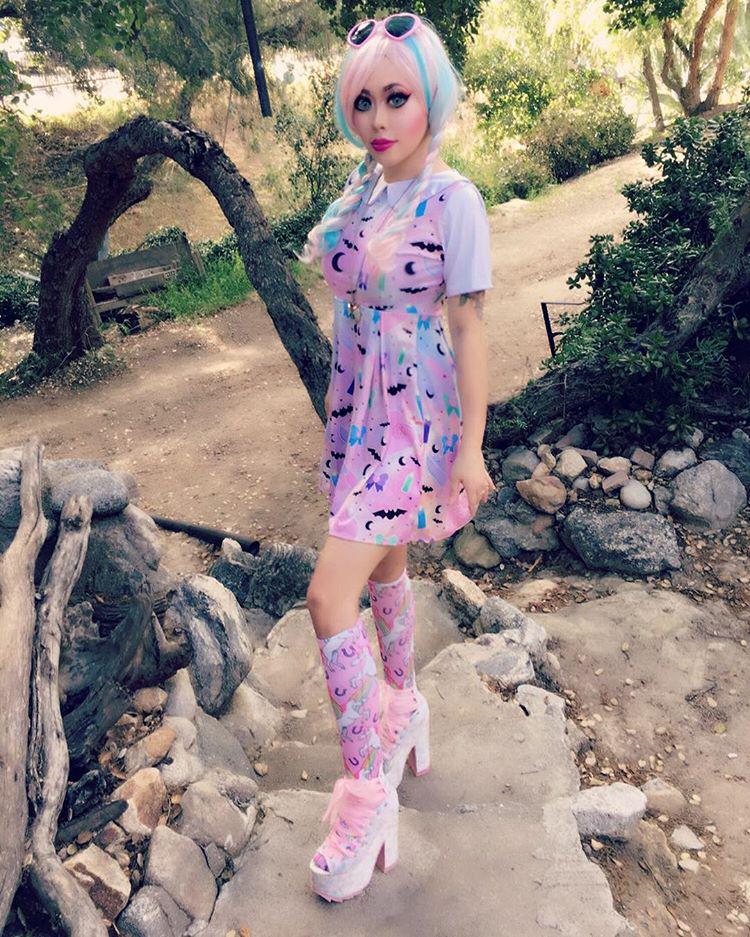 A plasztikbaba iránt mutatott rajongása öltözködésben is tetten érhető